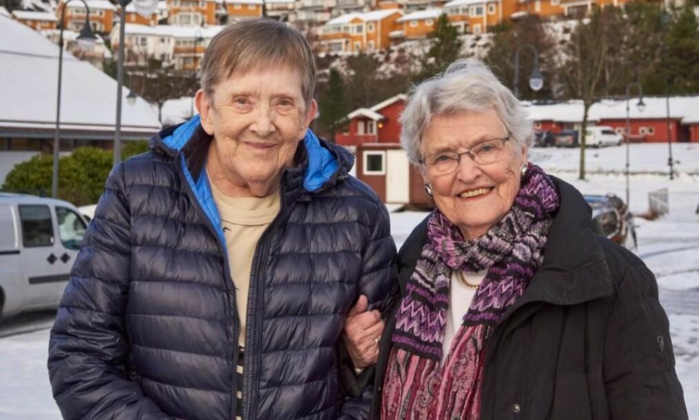 40 år siden sist: Astrid Tendeland Løe (til venstre) gledet seg til å få Ethel Freundlich på besøk, slik at hun kunne få vist henne Aksdal, stedet der hun bor. Det er 40 år siden sist de møttes, så brevvennene har mye å snakke om.  Foto: Søren Lamberth / Aller Media