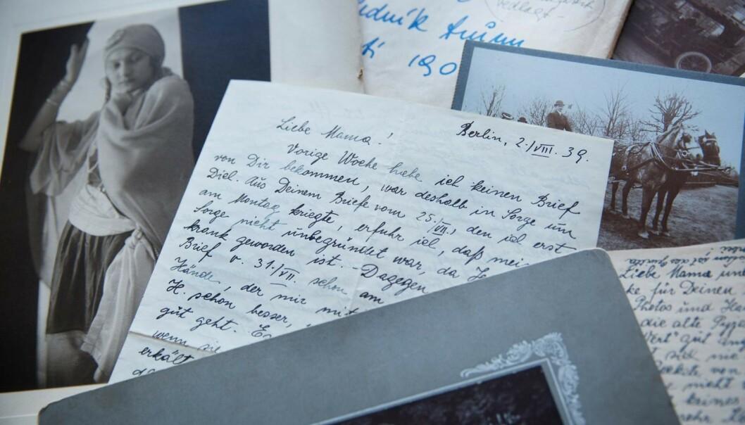 <strong>BREV FRA MOR:</strong> Jana leser brevet som bestemoren Hana sendte fra fangenskap i Berlin under andre verdenskrig. Datteren Handula og broren hennes var glad for å få livstegn fra moren. Foto: Sverre Chr. Jarild