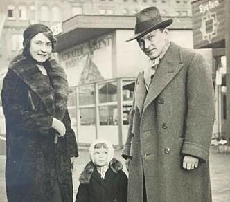 På utflukt: Handula med foreldrene sine, Hana og Artur Brodsky, på radiomesse i Praha cirka 1932. Foto: Privat