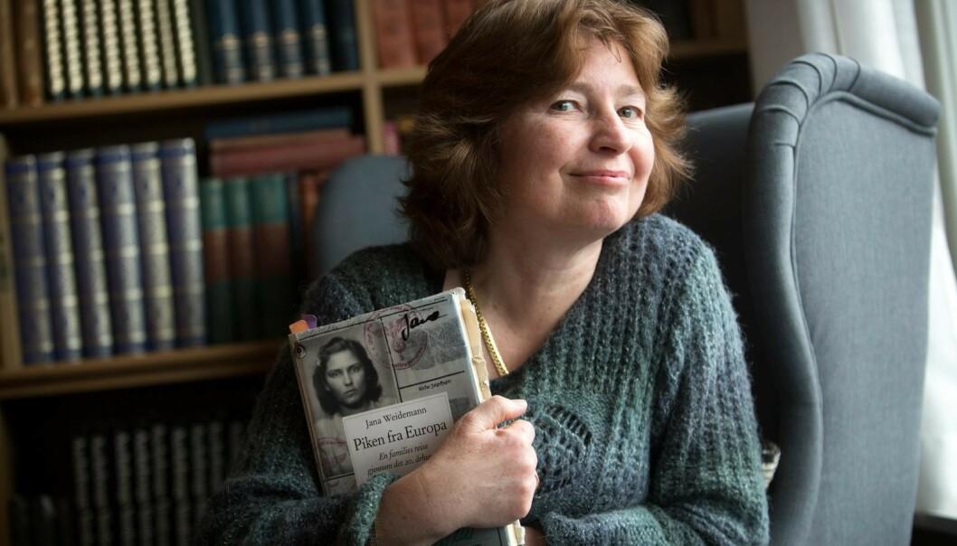 <strong>PUSLESPILLET:</strong> Jana satte sammen historien om mormorens liv ved hjelp av blant annet brev, forhørsprotokoller og foto. Resultatet ble boken «Piken fra Europa». Foto: Sverre Chr. Jarild