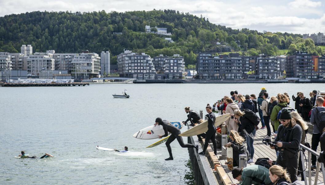 <strong>DEMONSTRERTE:</strong> Equinor har fått godkjent sin miljøplan i forbindelse med planene om å prøvebore etter olje i Australbukta. Prosjektet er omstridt, og både i Australia og i Norge har det vært demonstrasjoner mot planene. Bildet er fra en såkalt surfedemonstrasjon i havnebassenget utenfor Operaen i Oslo i mai i år. Foto: Ola Vatn / NTB scanpix