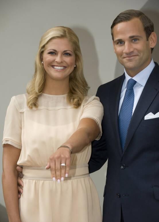 STOLT: Prinsesse Madeleine viste stolt frem forlovelsesringen da hun og Bergström annonserte forlovelsen i august 2009. Foto: NTB Scanpix