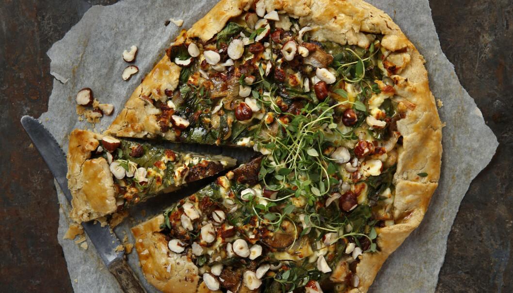 <strong>Spinat og soppai:</strong> En velsmakende og rustikk pai med smak av spinat, sopp og nøtter. Paien kan du servere som julemiddag. Foto: Mari Svenningsen