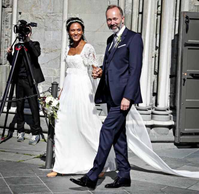 STRÅLTE: Brudeparet strålte om kapp med sola etter vielsen. Foto: Andreas Fadum/ Se og Hør