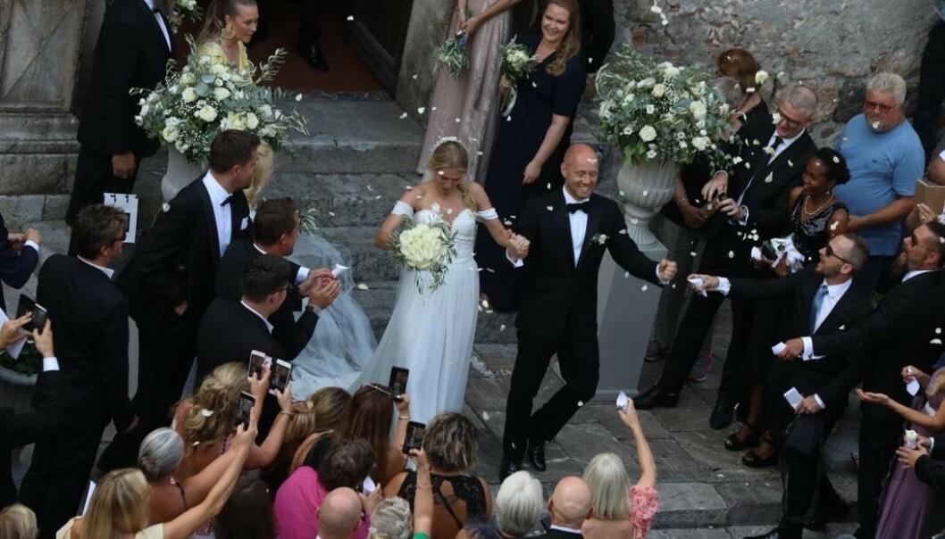 JUBEL: Brudeparet ble møtt av jublende gjester utenfor kirken. Foto: Se og Hør