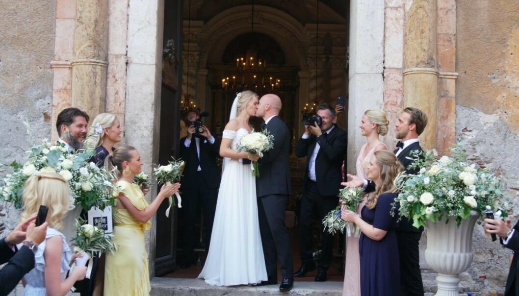 KYSS: Aksel Hennie og Karoline Hegbom klinte til på kirketrappen. Foto: Se og Hør