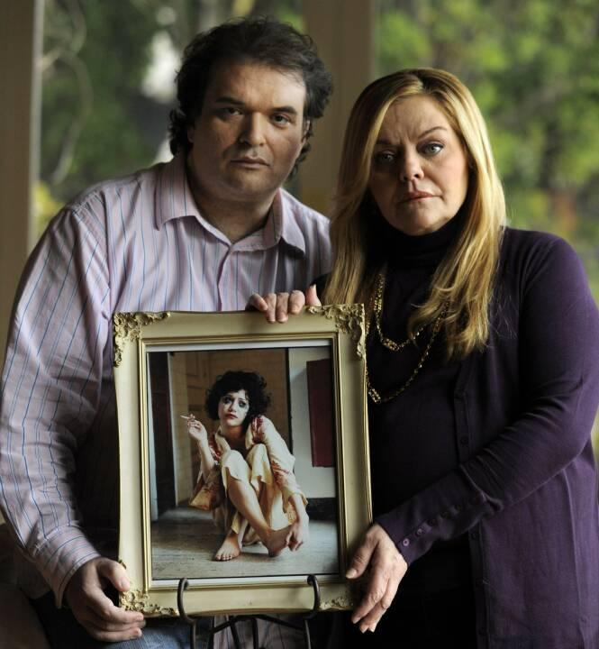 ORD MOT ORD: Simon Monjack og Sharon Murphy tilbakeviste en rekke påstander etter Brittany Murphys død. Her er de avbildet med et portrett av filmstjernen i januar 2010, få måneder før Monjack døde. Foto: AP/ NTB scanpix