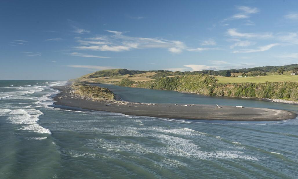 <strong>IDYLLISK:</strong> Kysten av Tasmanhavet rommer en idyllisk del av New Zealand. Her er Mokau, som ligger rett sør for Awakino. Foto: Eduardo_il_Magnifico / Flickr / Creative Commons