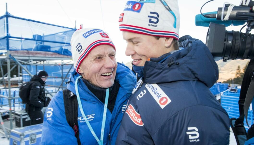 FAMILIE: Hele familien Høsflot Klæbo hjelper til for å få alt til å gå rundt i Johannes' langrennsverden. Her er han avbildet sammen med trenermorfar Kåre Høsflot Klæbo. FOTO: NTB Scanpix