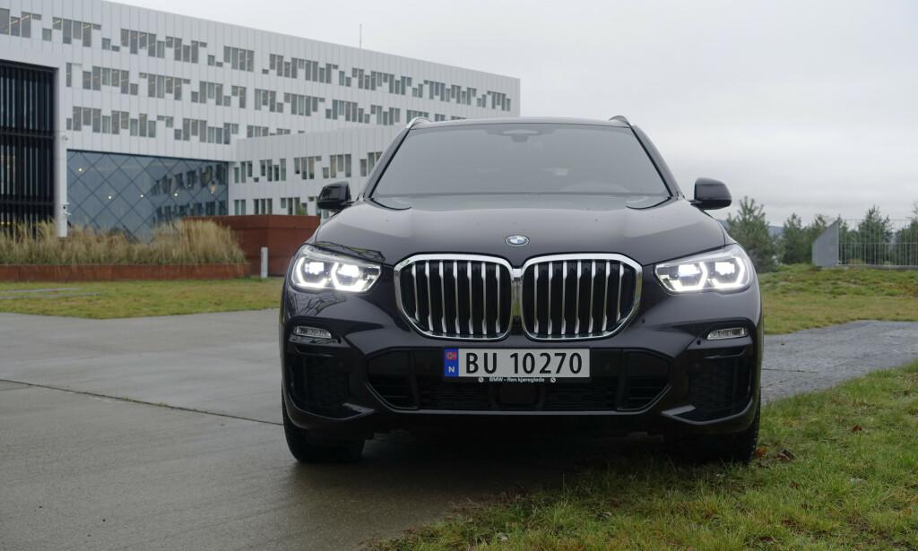 STØRRE GRILLER: BMW har fått mye oppmerksomhet, mest positiv i følge dem selv, for den nye designen som mest av alt preges av oppskalerte griller. X5 er blant de mer harmaoniske. Testbilen har M Sporttpakke. Foto: Rune M. Nesheim