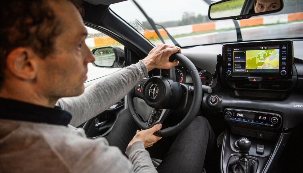 <strong>FOKUS:</strong> Det krever konsentrasjon og riktig kjøreteknikk for å få det meste ute av GR Yaris. Banekjøring er krevende og du blir for avkledd som sjåfør hvis teknikken ikke sitter. Foto: Jayson Fong