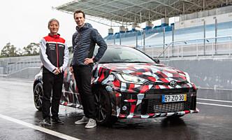 <strong>STOLT:</strong> Vår journalist Jamieson Pothecary sammen med Naohiko Saito, sjefsinginør for Toyota Gazoo Racing er forføyd med resultatet. Foto: Jayson Fong
