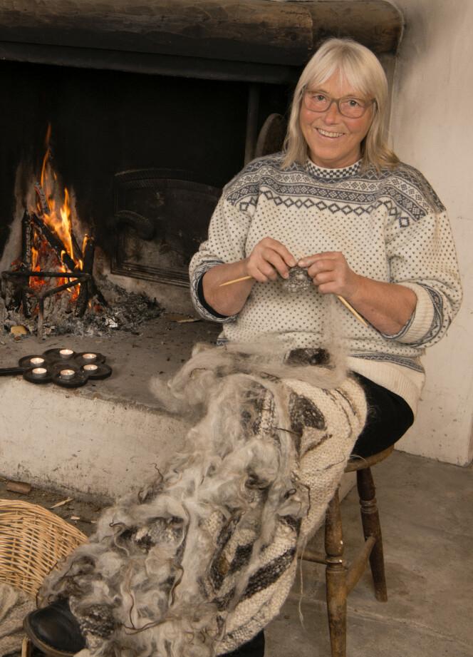 RETT FRA SAUEN: Hun kan strikke rett fra spelsau-ull, som ikke er kardet og spunnet. Foto: Eva Kylland