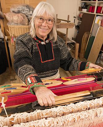 TRADISJON: Annemor vever de fargerike skjerfene til setesdalskofter. Den hun har på seg, er over hundre år gammel. Foto: Eva Kylland