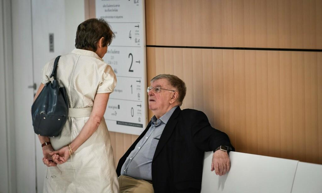 DØMT: Tidligere toppsjef i France Telecom, Didier Lombard, snakker med kona under en pause i rettssaken. I dag falt dommen. Foto: Stephane De Saluktin / AFP / NTB Scanpix