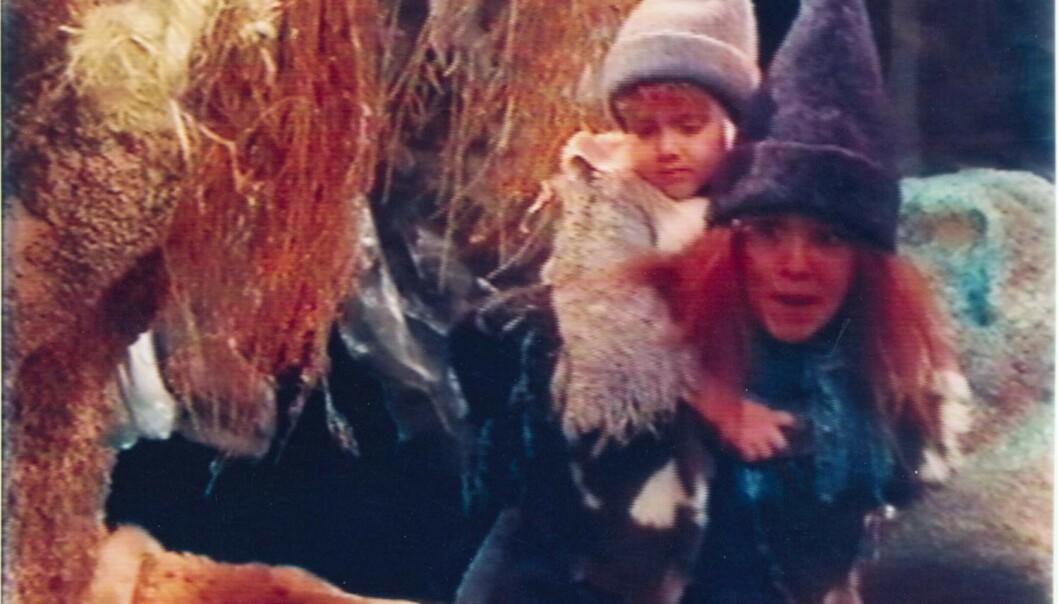 MED STORESØSTEREN: Her er Marius Ramberg Skoug i rollen som Krekling i 1999, sammen med Suzanne Palgard. Foto: NRK
