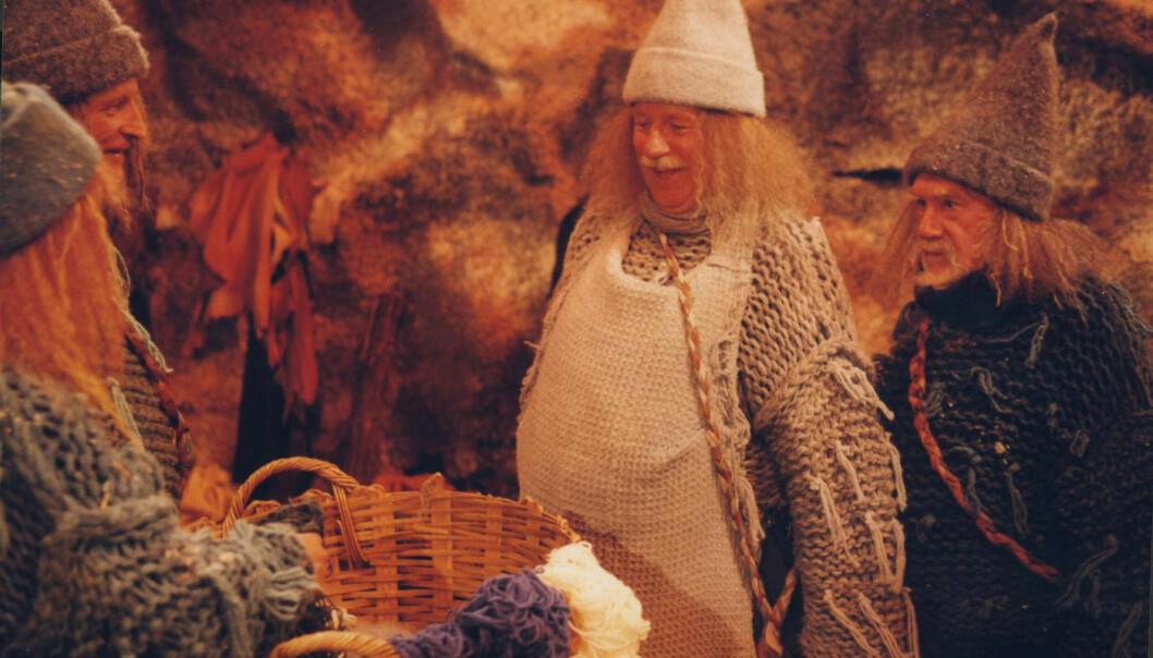 STORE SKUESPILLERE: Flere av landets største skuespillere hadde roller i den populære julekalenderen fra 1999. Her ser vi Erik Hivju (bak Suzanne Paalgard t.v.), Jon Skolmen og Espen Skjønberg. Foto: NRK