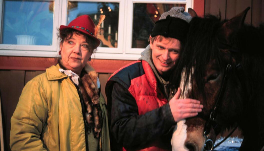 KJENTE ROLLER: Her er Johannes Joner og Grete Kausland i rollene som Mamsen og Lillegutt i 1999. Foto: NRK