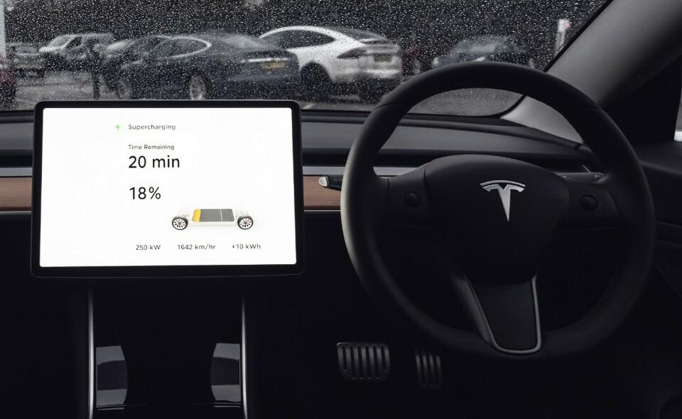 SUPERLADING: De nye V3-laderne skal kunne levere opp til 250 kW, selv med bil på stolpen ved siden av. Foto: Tesla