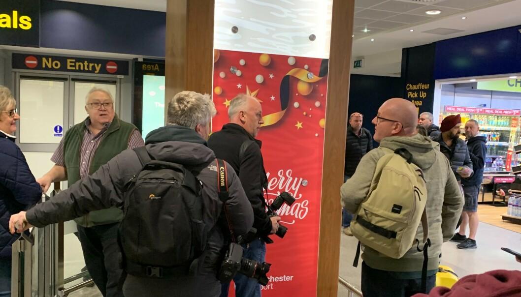 <strong>VENTET PÅ HAALAND:</strong> Flere engelske journalister og fotografer sto og ventet på Haaland i ankomsthallen på Manchester Airport. Foto: Tore Ulrik Bratland