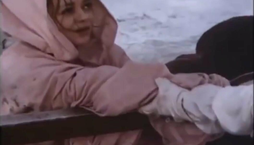 <strong>ISKALDT:</strong> Skuespiller Daniela Hlaváčová brukte våtdrakt under kjolen for å holde varmen, da hun måtte ut i det iskalde vannet i «Tre nøtter til Askepott». Foto: DEFA