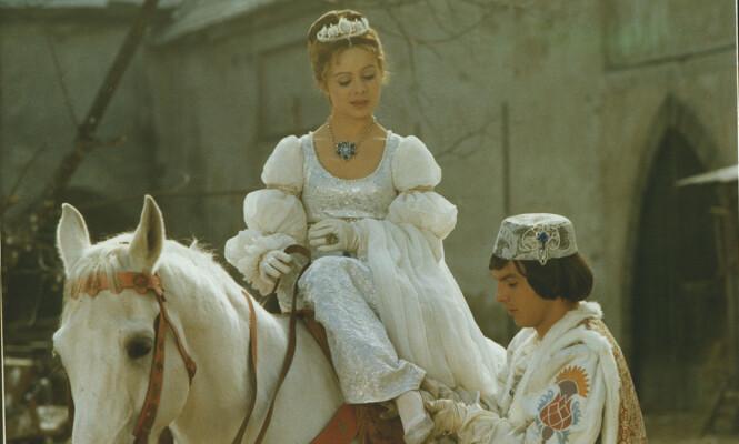 - HUN SOM SKOEN PASSER, HUN VIL JEG GIFTE MEG MED: Askepott og prinsen fant tonen også i virkeligheten under innspillingen av «Tre nøtter til Askepott», men romansen varte kun under innspillingen. Foto: NRK