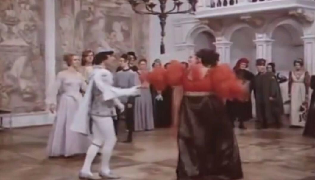 OVERRASKET PRINSEN: Regissøren og skuespiller Helena Růžičková overrasket skuespiller Pavel Travnicek, da Helena løftet ham under dansescenen i «Tre nøtter til Askepott». Foto: DEFA