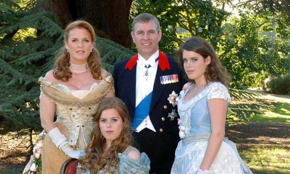 <strong>FAMILIEBILDE:</strong> Prinsesse Beatrice ville ha kostymeball, og fikk det som hun ville i bursdagen. Bak hertuginne Sarah (60), prins Andrew og lillesøster Eugenie (29). Foto: Camera Press