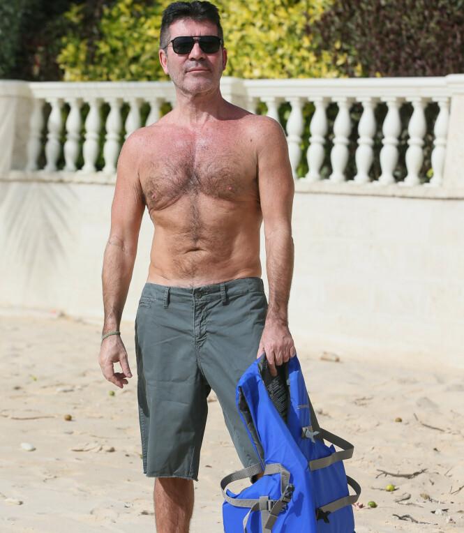 STOR FORANDRING: Simon Cowell var ikke redd for å vise frem sin bare overkropp på stranden på Barbados. Foto: NTB Scanpix