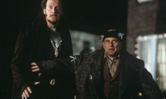 I 1990: Daniel Stern (t.v.) og Joe Pesci i rollene som de noe stakkarslige innbruddstyvene Marv Merchants og Harry Lime, som Kevin McCallister klarer å hamle opp med. Foto: Don Smetzer / 20th Century Fox / Shooting Star / NTB Scanpix