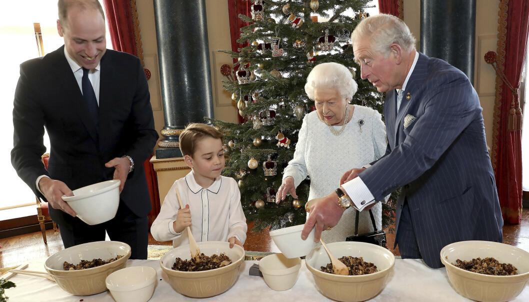 <strong>INSTRUERER:</strong> Lille prins George får hjelp av pappa, bestefar og oldemor til å lage den tradisjonelle puddingen. Foto: AP / NTB scanpix