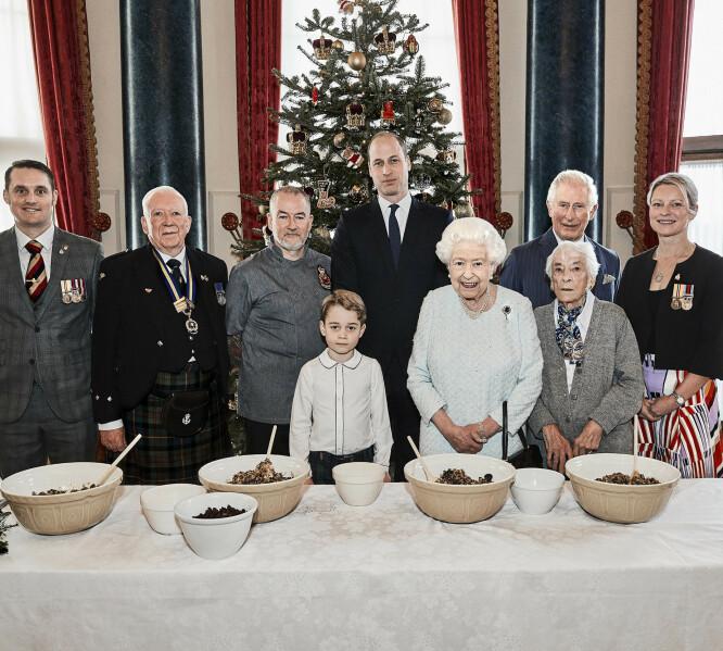 <strong>BIDRAR:</strong> De kongelige fikk besøk av en rekke veteraner og representanter under pudding-sesjonen. Foto: AP / NTB scanpix