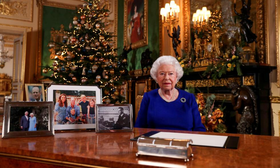 TALE: Dronningens årlige tale første juledag er tradisjon for mange. Nå har imidlertid flere lagt merke til at det mangler enkelte på bildene dronninga har på skrivebordet. Foto: NTB Scanpix