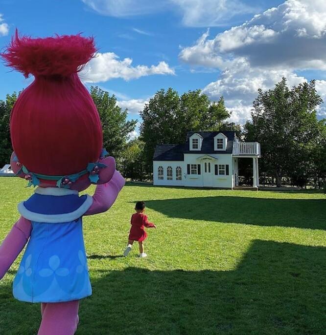 WOW: Dette huset fikk Stormi av sin bestemor, Kris Jenner. Det er på størrelse med en studenthybel, og har hage som et palass. Foto: Kylie Jenner / Instagram