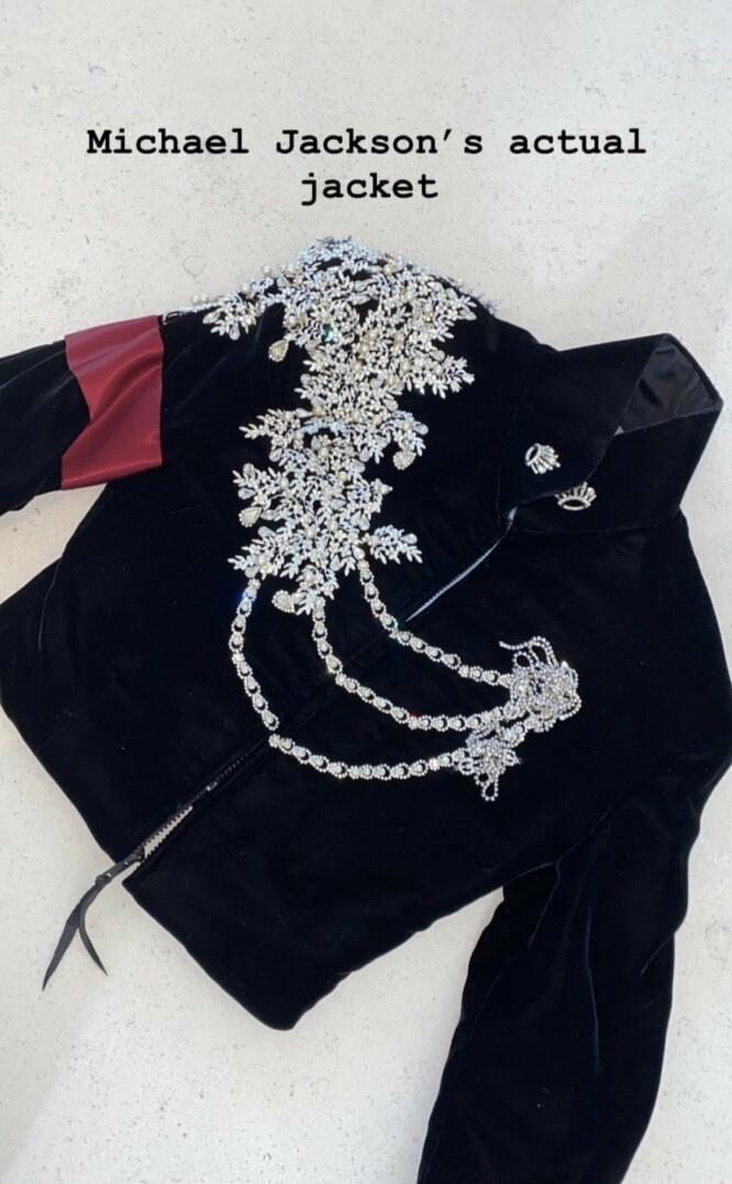 PUNGER UT: Denne Michael Jackson-jakken ble solgt på auksjon i høst for 589 000 kroner. Nå kommer det altså frem at Kim Kardashian er kjøperen, og at det var planlagt som en gave til datteren North. Foto: Instagram