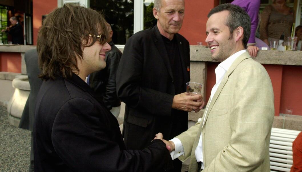 VENNER: Ari Behn og Per Heimly var venner i en årrekke. Her fotografert på Aschehougs hagefest sommeren 2003. I bakgrunnen står Torleiv Grue, forlagssjef i Kolon. Foto: NTB scanpix