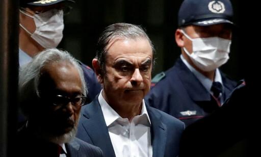 BETINGET FRI: Her ledes Carlos Ghosn ut fra fengselet i Tokyo 25. april 2019, etter å ha sittet inne i 108 dager siktet for misbruk av midler som tilhørte Nissan, som han var toppsjef for. Foto: REUTERS/Issei Kato/File Photo