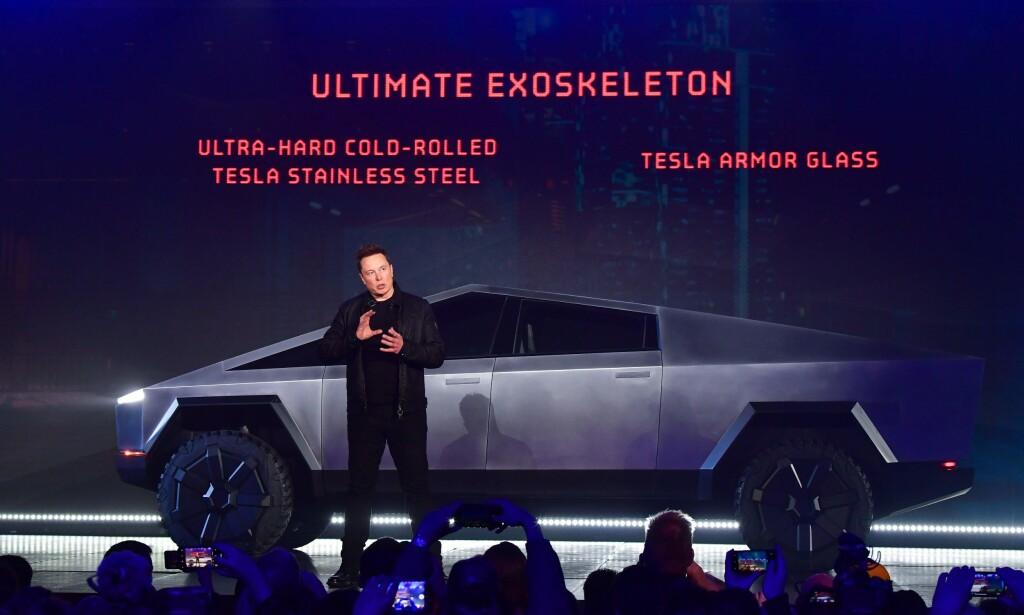 DESIGN-REVOLUSJON: Dette vil også 2019 bli husket for. Teslas toppsjef Elon Musk overrasket, ikke overraskende, alle ved avdukingen av den kommende elektriske pickup-en Cybertruck. Foto: AFP-NTB/Scanpix