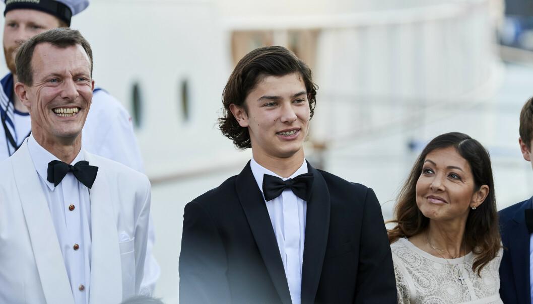 <strong>LIVSENDRINGER:</strong> De siste årene har det skjedd mye i livet til danskeprinsen prins Nikolai. Nå avslører han at han ytterligere trer inn i voksenlivet. Her er 20-åringen med moren grevinne Alexandra og far prins Joachim. Foto: NTB Scanpix