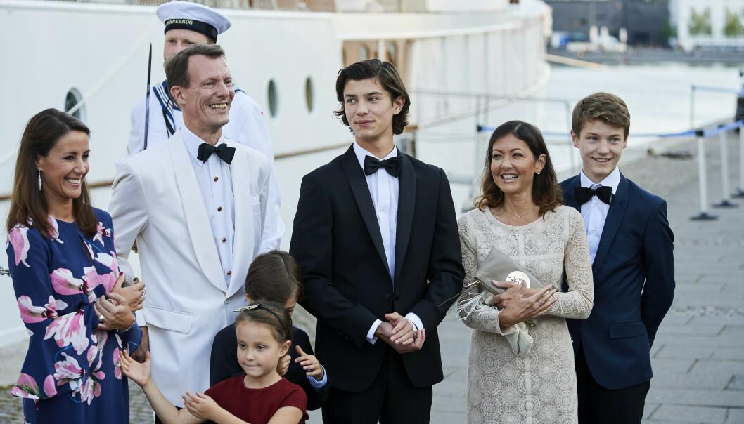 <strong>HELE HURVEN:</strong> Her er den unge prinsen sammen med resten av familien. Foto: NTB Scanpix