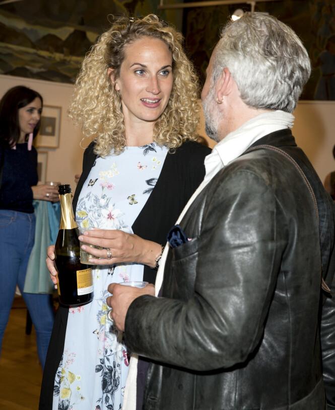 RØRENDE INNLEGG: Ari Behns kjæreste har delt et rørende innlegg på Instagram etter bortgangen hans. Her er de sammen på kunstutstilling i 2017. Foto: Andreas Fadum / Se og Hør
