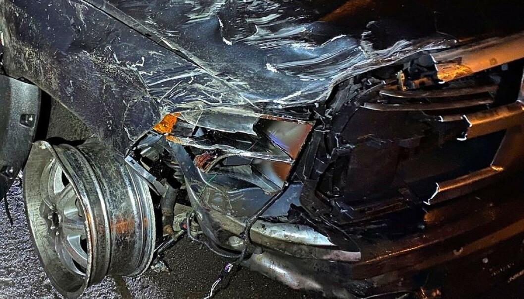 <strong>IKKE KJØRBAR:</strong> Den siktede mannens bil har store skader etter sammenstøtet. Foto: Vestfold interkommunale brannvesen