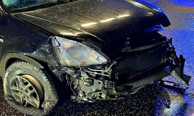 <strong>FRONTSKADER:</strong> Familiebilen har også skader i fronten, etter å ha truffet tunnelveggen. Foto: Vestfold interkommunale brannvesen
