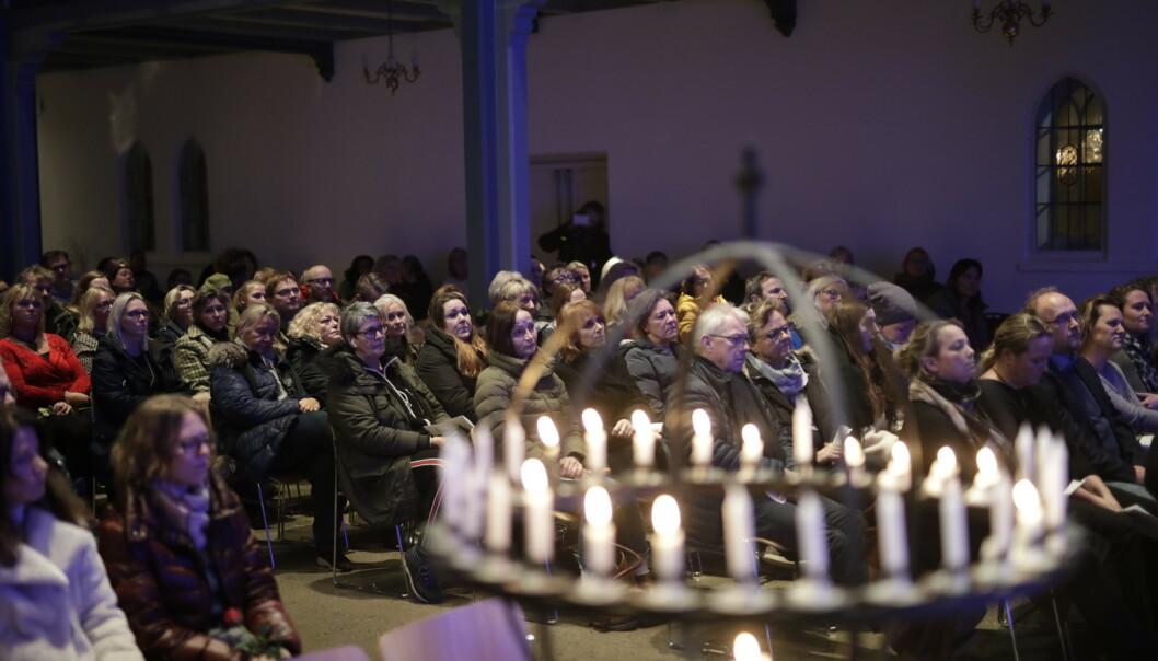 <strong>FULL KIRKE:</strong> Mange hadde søndag kveld møtt opp for å minnes Ari Behn. Foto: Bjørn Langsem / Dagbladet
