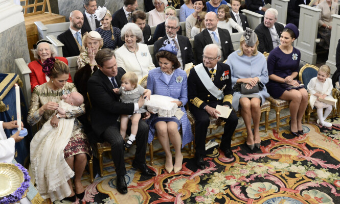 I DÅP: 103-åringen var en selvskreven gjest i prins Nicolas sin dåp i 2015. Hun sitter bak til venstre, kledd i rosa. Foto: NTB Scanpix