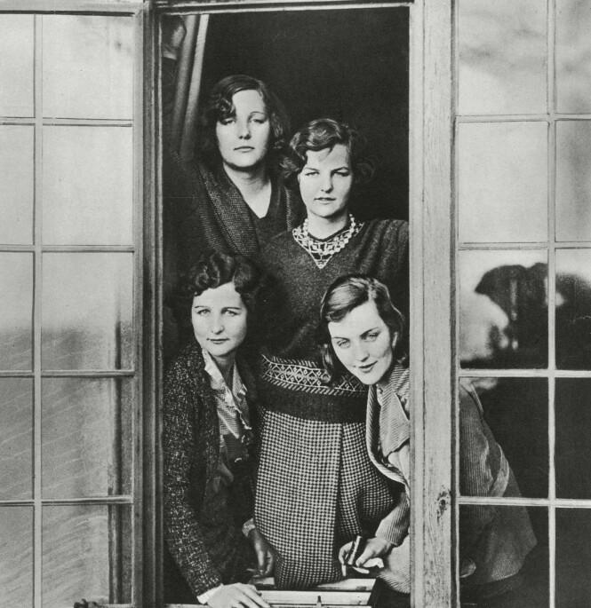 <strong>EKSENTRISKE SØSTRE:</strong> Fire av de seks eksentriske Mitford-søstrene fotografert på familiens eiendom i Swinbrook sjette januar 1932. Nede til venstre: Nancy Mitford, bak til venstre: Unity Mitford, i midten: Jessica Mitford og til høyre Diana Mitford. Foto: Historia/REX/NTB/Scanpix