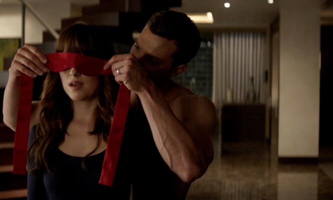 <strong>SENSASJON:</strong> Dakota Johnson og Jamie Dornan hadde hovedrollene i «Fifty Shades of Grey». FOTO: Universal Pictures