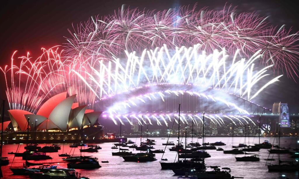FEIRET: Nyttårsaften i Sydney der fyrverkeriet lyser opp over operaen. Fyrverkeriet ble avholdt som normalt tross protester. Foto: Peter Parks / AFP / NTB Scanpix
