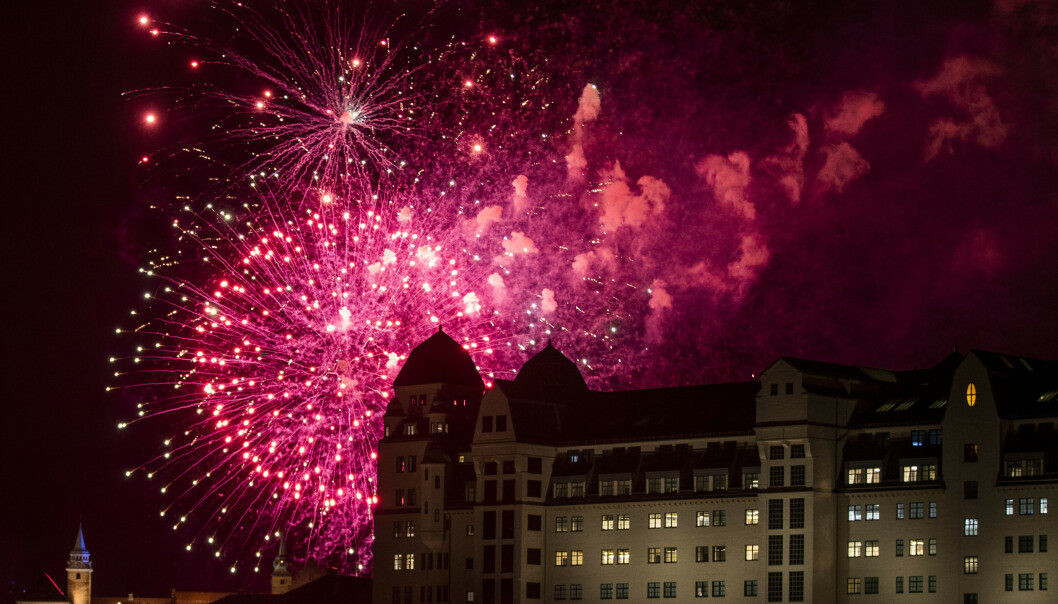 Nyttårsaften med Oslo kommunes fyrverkeri fra havnebassenget utenfor Rådhuset. Med Havnelageret (t.h.) og tårnet på festningen (bak). Foto: Berit Roald / NTB scanpix