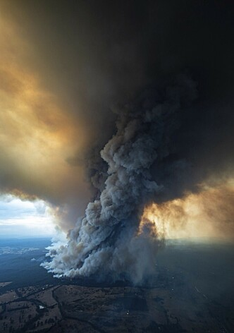 <strong>MASSIVE SKADER:</strong> Bildet viser hvor store ødeleggelser og røyk som nå pågår i East Gippsland i Victoria-staten. Tusenvis av turister og innbyggere evakueres nå og militæret har startet å evakuere folk i staten New South Wales (NSW). Foto: Ap / NTB Scanpix